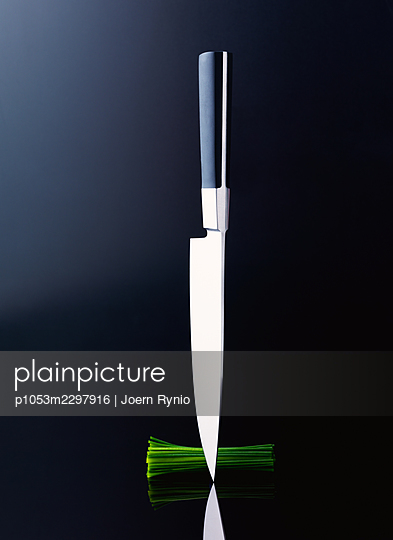Chef's knife with sliced vegetables - p1053m2297916 by Joern Rynio
