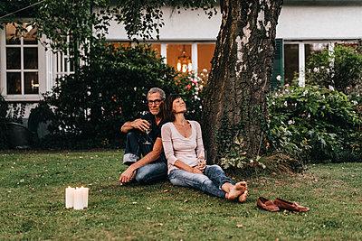 Reifes Paar entspannt im Garten - p586m1178638 von Kniel Synnatzschke