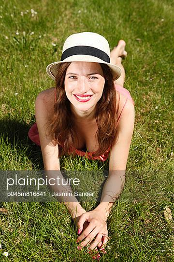 Junge Frau in Park - p045m816841 von Jasmin Sander