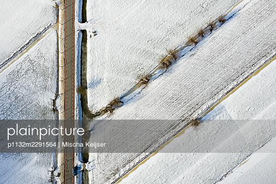Landstraße und verschneite Felder - p1132m2291564 von Mischa Keijser