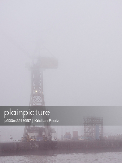 Germany, Hamburg, Port of Hamburg, Harbour crane and fog - p300m2219357 by Kristian Peetz