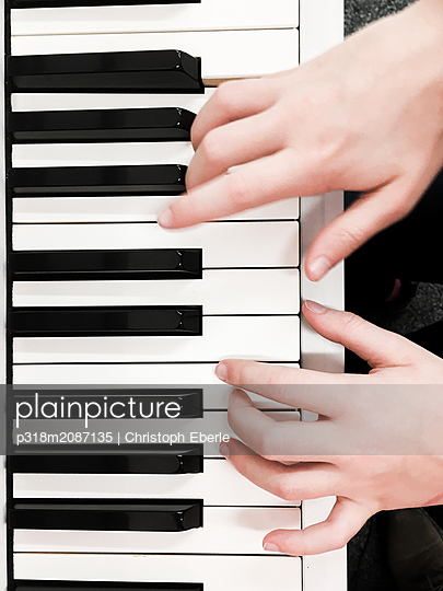 Playing piano - p318m2087135 by Christoph Eberle