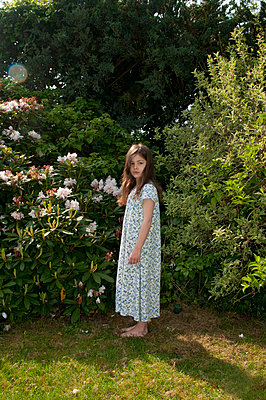 young girl standing in garden in nightie - p1311m1138088 by Stefanie Lange