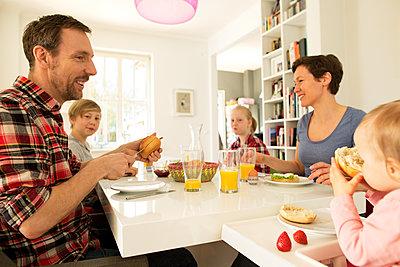 Glückliche Familie am Frühstückstisch - p341m1137142 von Mikesch