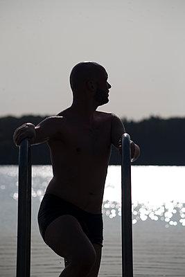 Mann steigt aus dem See - p817m2016129 von Daniel K Schweitzer