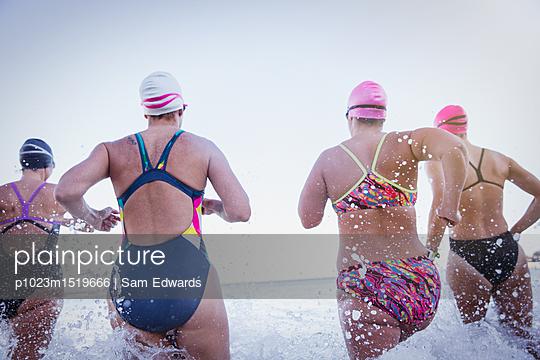plainpicture   Photo library for authentic images - plainpicture p1023m1519666 - Female open water swimmers ... - plainpicture/Caiaimages/Sam Edwards