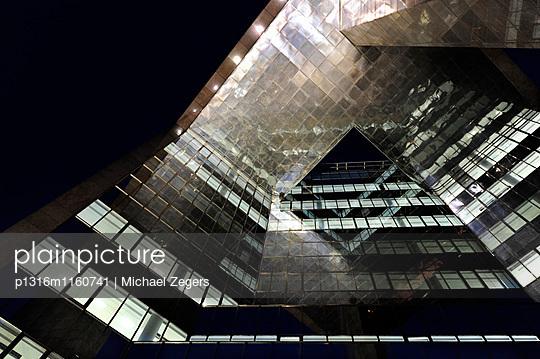 Blick nach oben an einem Bürogebäude, London Bridge City, ein Gebäudekomplex am South Bank, London, England, Großbritannien, United Kingdom - p1316m1160741 von Michael Zegers