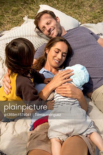 Familie mit zwei Kindern - p1355m1574041 von Tomasrodriguez