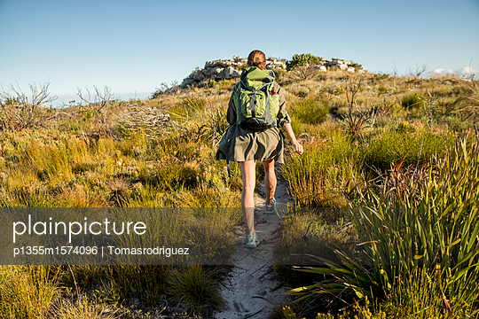 Frau auf einer Bergtour - p1355m1574096 von Tomasrodriguez