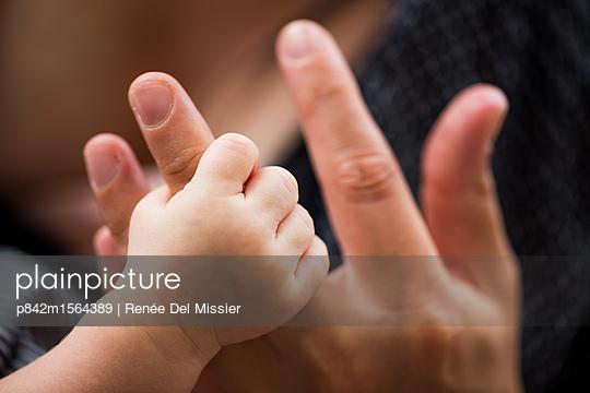 Kinderhand - p842m1564389 von Renée Del Missier
