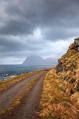 Einsamer Weg bei Regen am Meer - p1168m1590055 von Thomas Günther