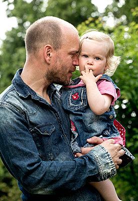 Vater und seine kleine Tochter - p1221m1158627 von Frank Lothar Lange