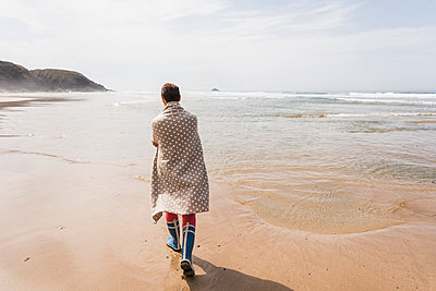 Mature woman walking on the beach - p300m1189078 by Uwe Umstätter