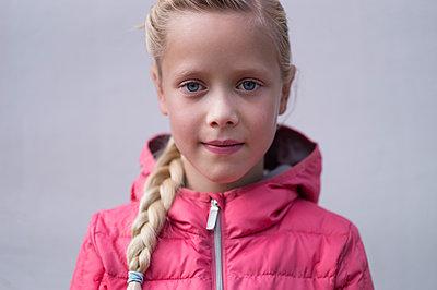 Girl wearing pink-coloured anorak, portrait - p552m1487823 by Leander Hopf