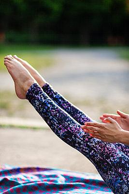 Young woman practicing yoga - p795m2191367 by JanJasperKlein