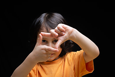 Little boy making frame with fingers  as   photography concept - p1166m2131289 by Cavan Images