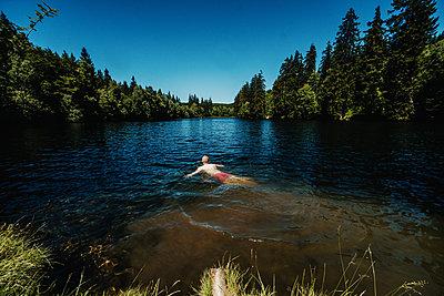 Man swimming in lake - p1184m2065110 by brabanski