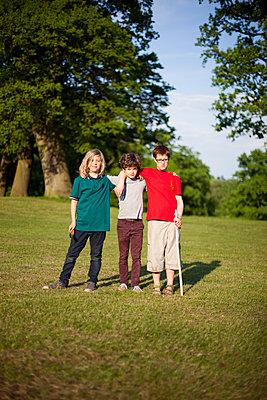 Drei Freunde im Park - p1195m1138162 von Kathrin Brunnhofer
