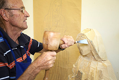 Sculptor chiseling figure from wood - p429m747163f by Stefano Gilera