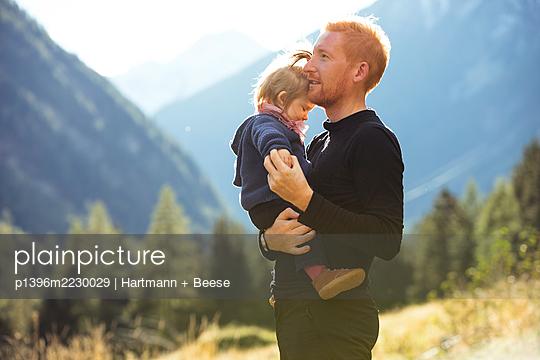 Vater und Tochter in den Bergen - p1396m2230029 von Hartmann + Beese
