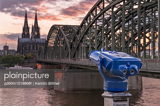 Germany, Cologne, Hohenzollern Bridge and view of Cologne Cathedral - p300m1018868f by Kerstin Bittner
