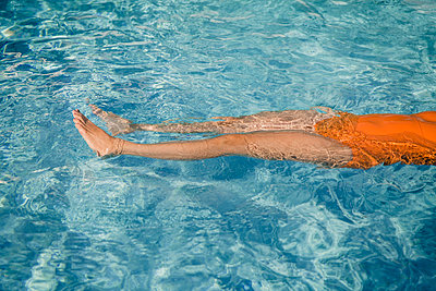 Floating in a swimming pool  - p1150m2125976 by Elise Ortiou Campion