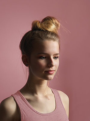 Girl with topknot - p1376m2065729 by Melanie Haberkorn