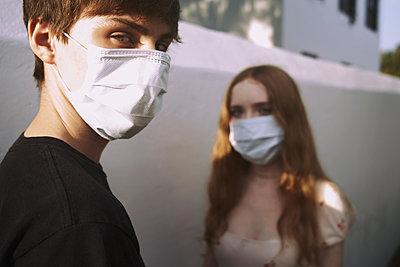Jugendliche mit Maske - p1694m2291722 von Oksana Wagner