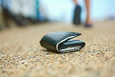 Lost wallet lying on the ground, Southwold, Suffolk, United Kingdom - p300m2298750 von LOUIS CHRISTIAN