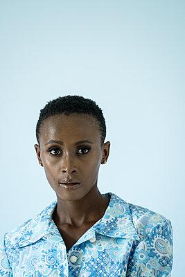 Afrikanerin in Blau - p427m1466662 von R. Mohr