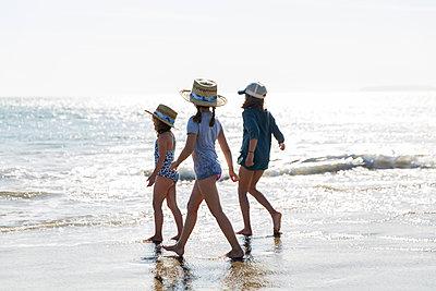 Drei Mädchen spielen am Strand - p756m1496101 von Bénédicte Lassalle