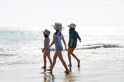 Three girls playing on beach - p756m1496101 by Bénédicte Lassalle