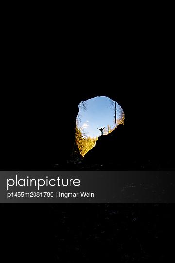 Frau am Höhlenausgang - p1455m2081780 von Ingmar Wein