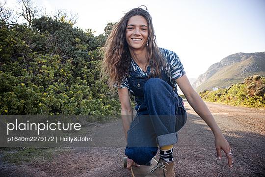 Junges Mädchen mit Skateboard - p1640m2279172 von Holly&John