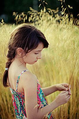 Mädchen auf einer Wiese - p1432m1496466 von Svetlana Bekyarova