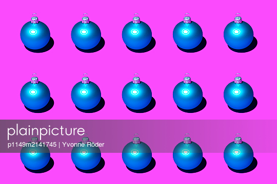Christmas baubles - p1149m2141745 by Yvonne Röder