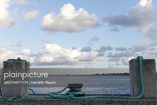 poller im hafen hiddensee - p627m671174 by Hendrik Rauch