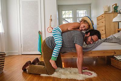 Vater und Sohn zuhause - p1361m1225621 von Suzanne Gipson