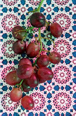 Weintrauben auf Tischdecke - p1650021 von Andrea Schoenrock