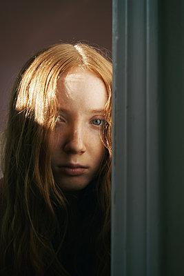 Trauriges junges Mädchen - p1694m2291637 von Oksana Wagner