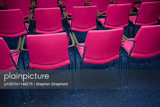 Pinke Polsterstühle - p1057m1146275 von Stephen Shepherd