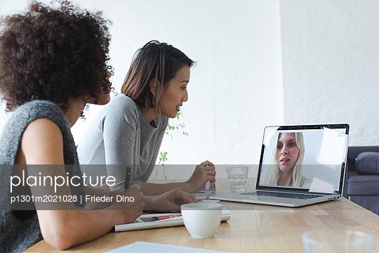 Junge moderne attraktive Frauen im Geschäftsmeeting  - p1301m2021028 von Delia Baum