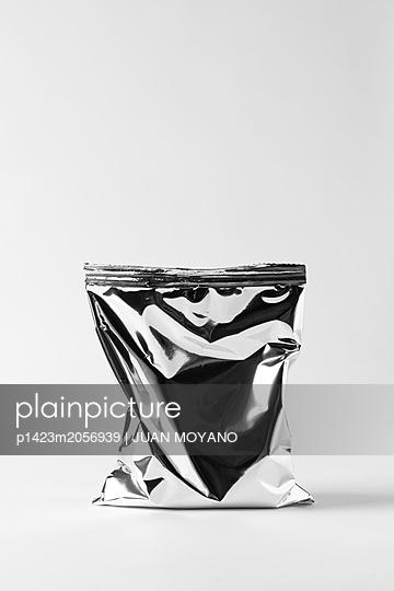 Silvery bag - p1423m2056939 by JUAN MOYANO