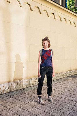 Frau steht vor Hauswand - p1046m1467527 von Moritz Küstner