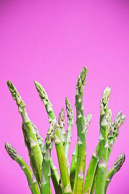 Green asparagus - p1149m2093479 by Yvonne Röder
