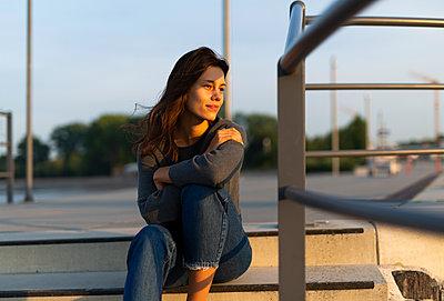 Junge Frau auf Treppenstufe, Portrait - p341m2210447 von Mikesch