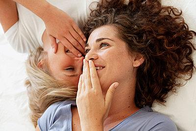 Zwei Freundinnen lachen zusammen - p5862677 von Kniel Synnatzschke