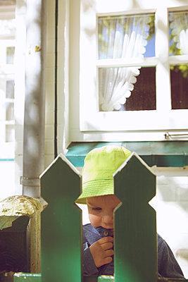 Kind hinterm Gartenzaun - p606m1573163 von Iris Friedrich