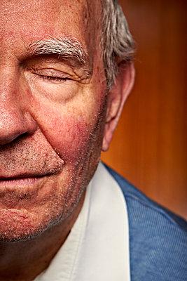 Älterer Mann Augen geschlossen - p1092m1108887 von Rolf Driesen