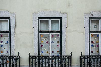 Blumen auf dem Fenster - p858m1476434 von Lucja Romanowska